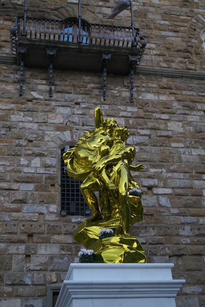 Eu não gostei da estátua, nem gosto muito das suas obras, mas se for temporário, acho interessante o contraste. Não sou contra colocar peças modernas em Florença, só não gostei desta.