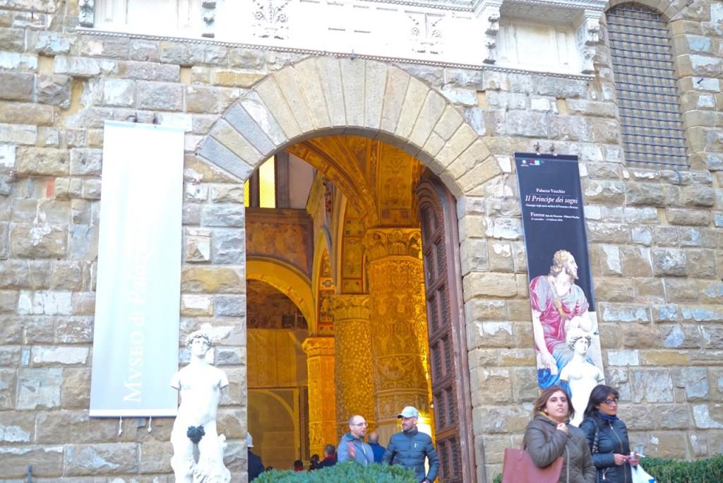 No Palazzo Vecchio, prefeitura desde a época dos Medici, tem uma porte que leva a um pátio interno que é um dos meus cantinhos favoritos da cidade.
