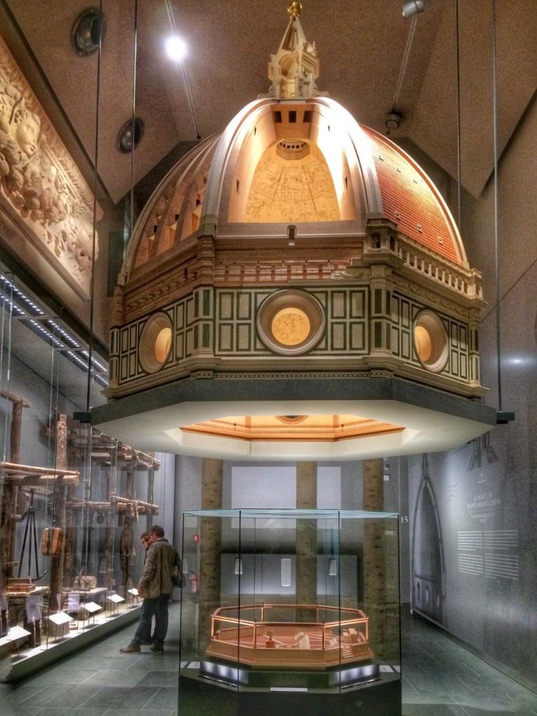 Um dos grandes mistérios do Duomo é como o construiram com a tecnologia da época. Eles tentam explicar mais aqui!
