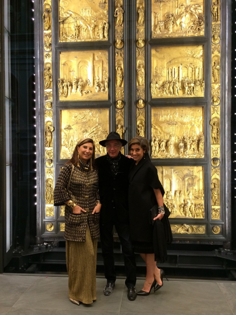 A Isabella, amiga de Saint Tropez e dona da melhor loja de bijoux Chanel vintage do mundo, estava em Florença e veio conosco. Ela trouxe o seu amigo professor. Estas são as placas originais da porta do Battistero por Lorenzo Ghiberti de 1403. São consideradas uma das obras mais importantes do Renascimento. Até meados dos anos 60 ficavam fora. Mas na enchente de 1966, elas se destacaram da porta com a força da lama. Por milagre, todas ficaram presas no portão que as separavam do público! Desce então estão neste museu e agora encontraram uma exposição maravilhosa>