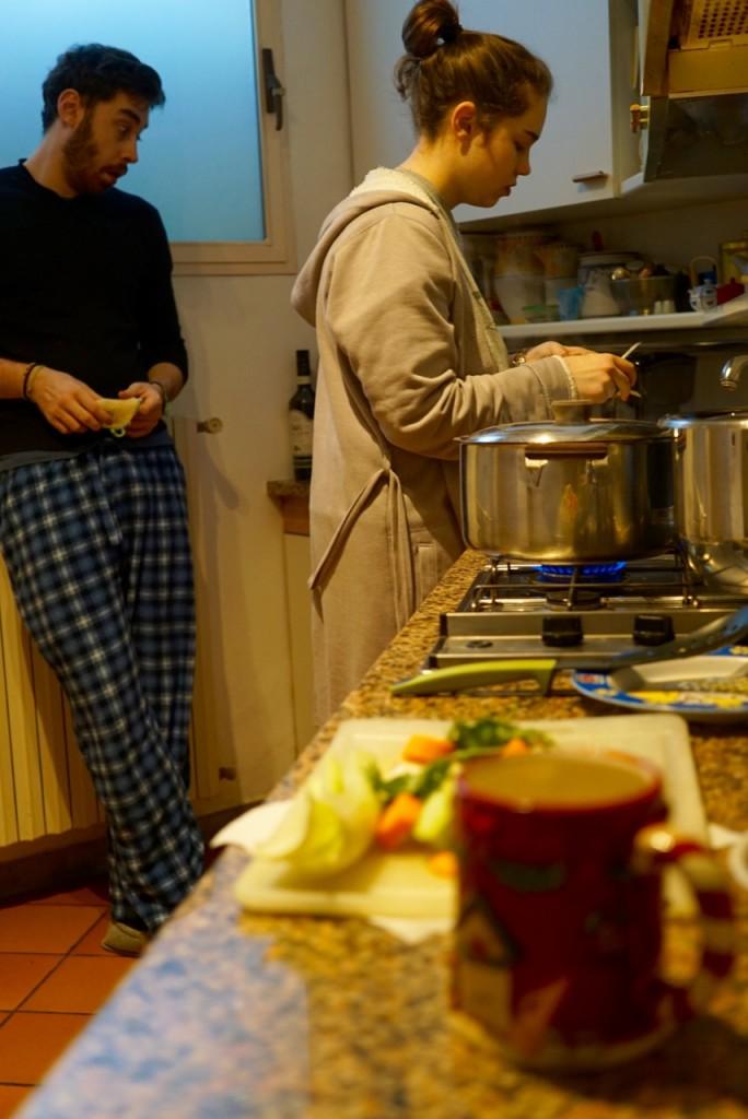 As crianças acordaram cedo para preparar o almoço!