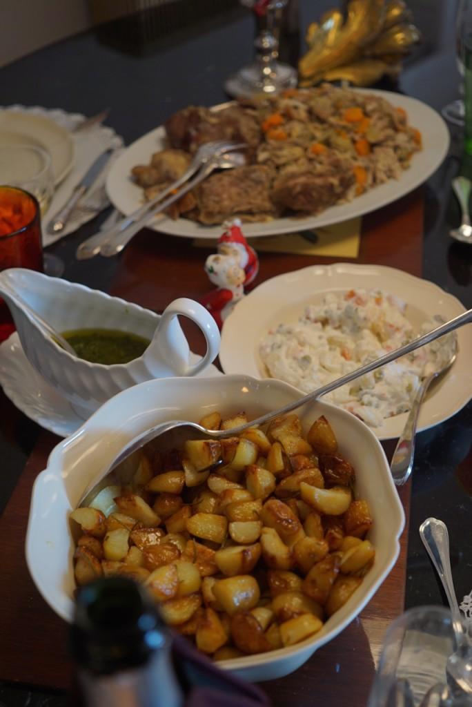 Depois a carne do brodo com molho verde,salada de maionese e batata ao forno com alecrim.