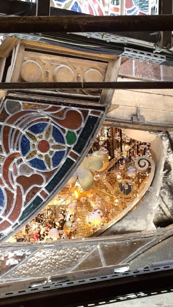 Do quinto andar pode-se ver a estrutura dos vitrais e bisbilhotar a árvore de cima...