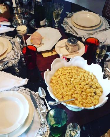 Começamos com tortellini in rodo, creme de tartufo e foie gras
