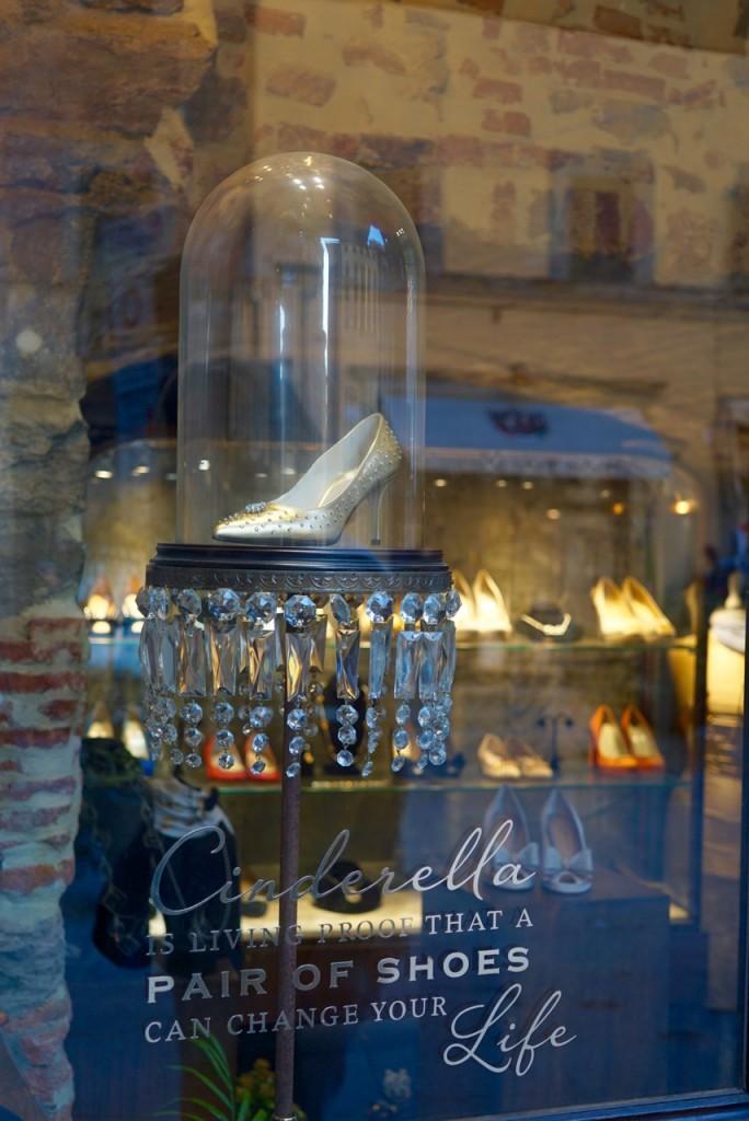 """Adorei a vitrine desta loja! """"Cinderella, prova que um par de sapatos pode mudar a vida de uma mulher!"""""""