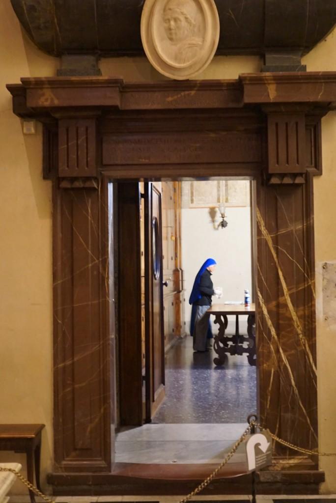 Ouvimos um canto maravilhoso e nos giramos... eram as freiras polindo as antigas mesas de madeira!...