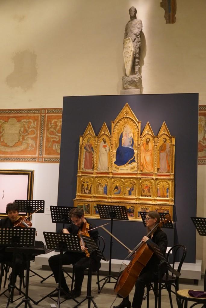 E nesse dia fizeram concertos itinerantes pelo palácio!