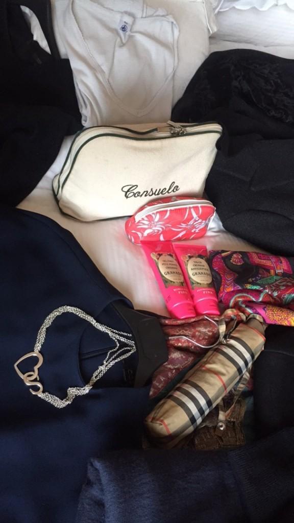 Necessaire, pijama, guarda-chuva, colar do Consueloblog de Lygia Durand, meus produtos essenciais para viagem: gel para pernas cansadas da Granado e talco antisséptico além da maquiagem Phebo.