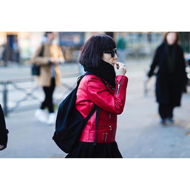 Rei Kawakubo da Comme des Garçons foi uma daquelas estilistas japonesas que trouxeram o preto nos anos 80 à Europa. Hoje este é o máximo de cor que ela usa