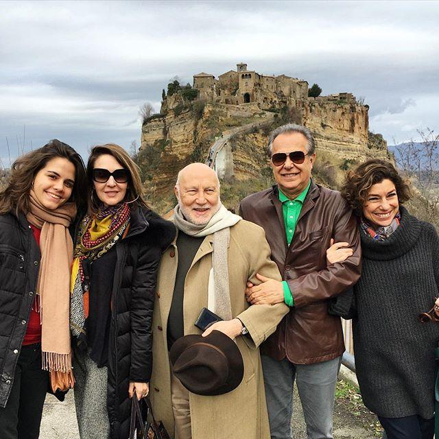 Olhem só como estava bem acompanhada! Prof Domenico Demasi, autor da teoria do Ócio Criativo e o grande jornalista Roberto D'Avila.