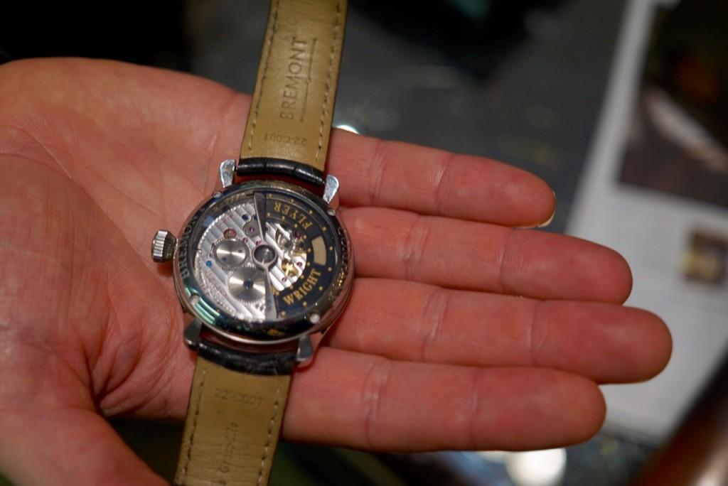 Neste relógio que Giles usa tem um mini pedaço do tecido que cobriu o primeiro avião dos Wright Brothers. Existem peças numeradas desta coleção. Vejam que linda a hélice no motor. Todos os relógios tem este fundo transparente.