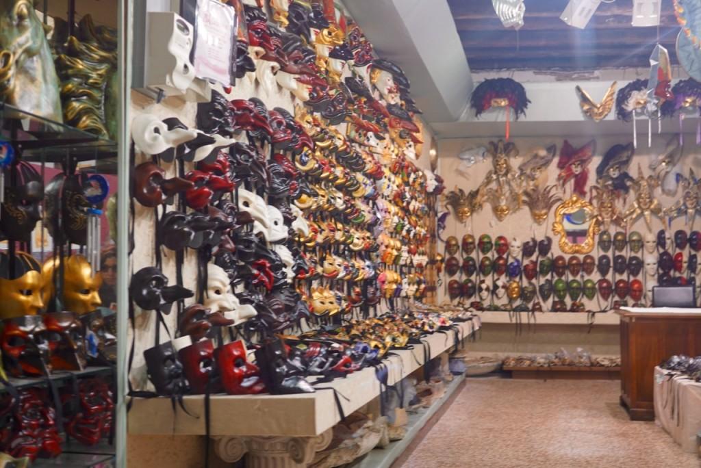 As lojas de máscaras são lindas!! Só certifiquem-se que sejam feitas em Veneza e não na China pois levam embora muito trabalho local!