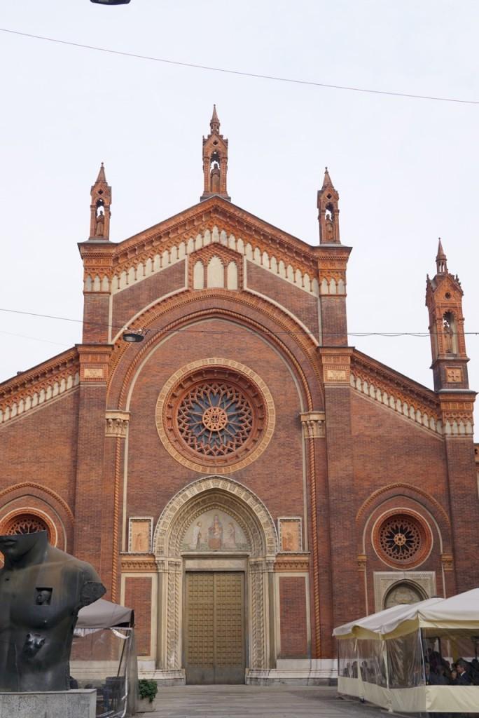 Milão tem belezas inesperadas atrás de cada esquina. Caminhando, de repente se vê coisas como esta igreja antiquérrima!