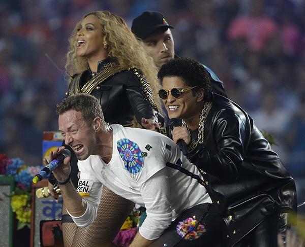 Coldplay singer Chris Martin performs with Beyoncé and Bruno Mars during halftime of the NFL Super Bowl 50 football game Sunday, Feb. 7, 2016, in Santa Clara, Calif. (AP Photo/Marcio Jose Sanchez)