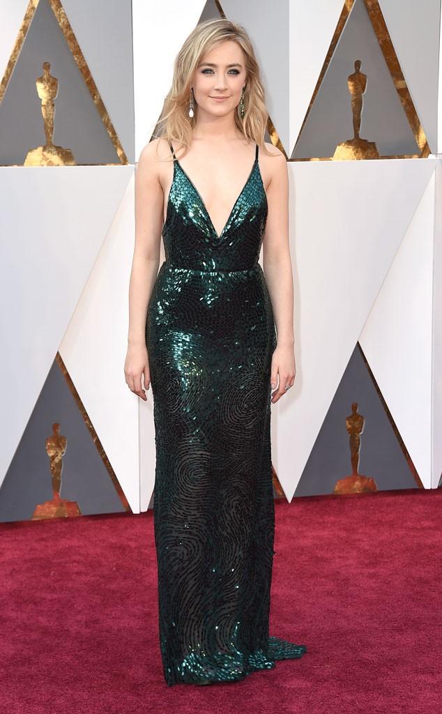 Adoro essa atriz irlandesa, Saorise Ronan. Este Calvin Klein está perfeito para sua coloração, e a escolha de jóias com esmeraldas também!