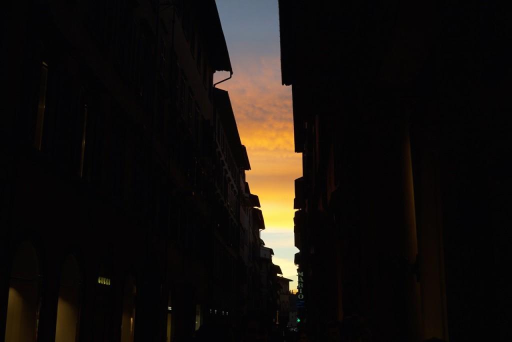 Me viro e vejo um daqueles pôr do sol maravilhosos... corri!