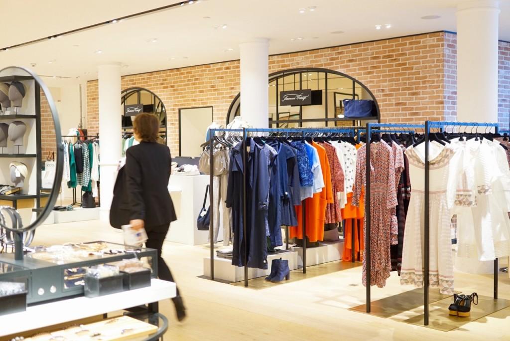 O segundo andar da loja, todo reformado, tem um ambiente cool com moda e cosméticos contemporâneos.
