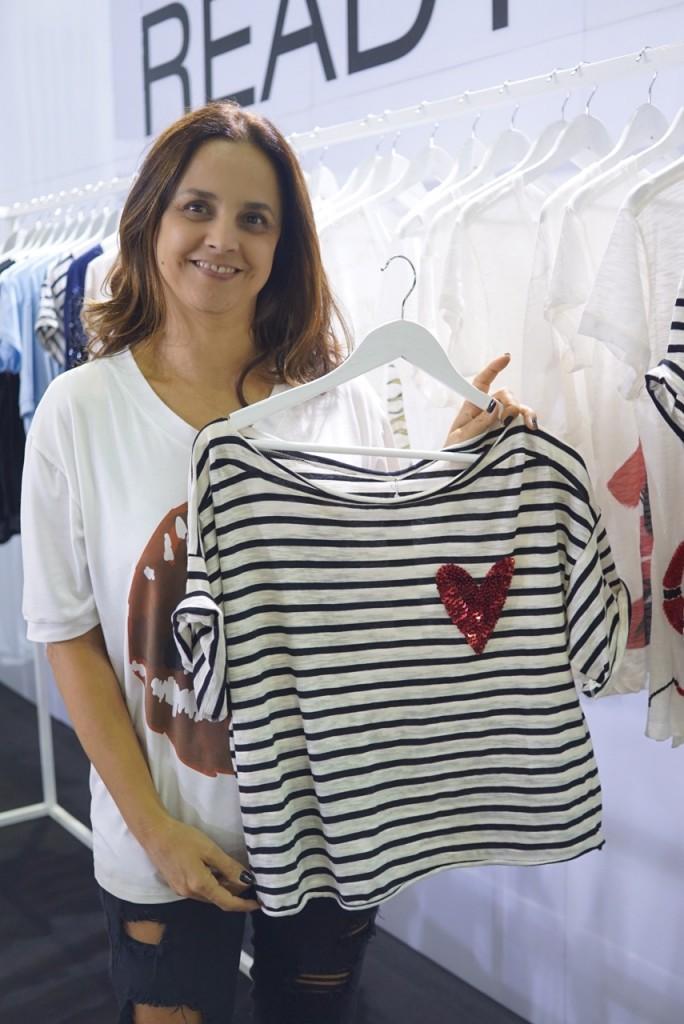 M'adri – Estilista Adriana Coutinho As referências da coleção, que tem como inspiração o amor, são Londres, Milão e Nova York. As camisetas, com estampas exclusivas, vêm recheadas de elementos fun, artsy e românticos e são confeccionadas em tecidos de fibras 100% naturais.
