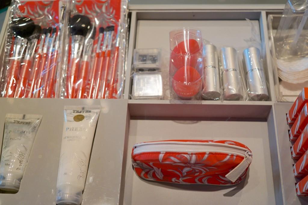 A maquiagem Phebo com seus acessórios.