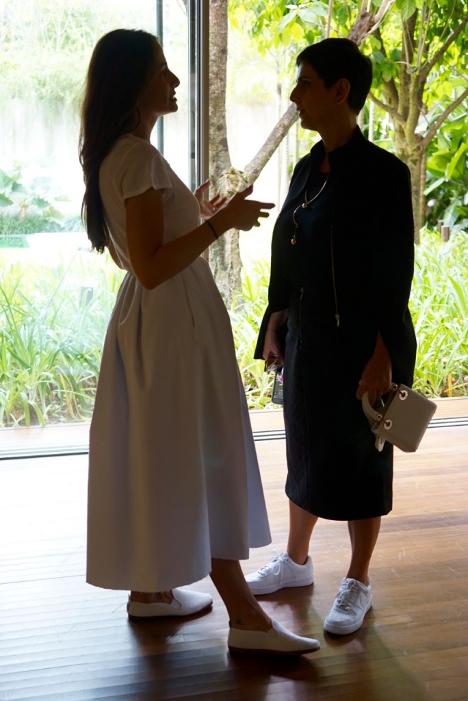 Paula explicando a Lilian Pacce
