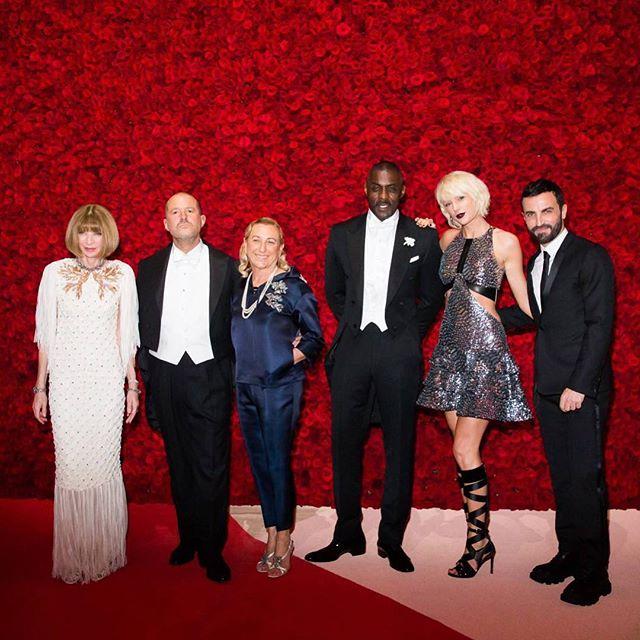 Os anfitriões e co-anfitriões... da esq à dir: Anna Wintour, Jony Ive, Miuccia Prada, Idris Elba, Taylor Swift, Nicolas Ghesquière da Balmain