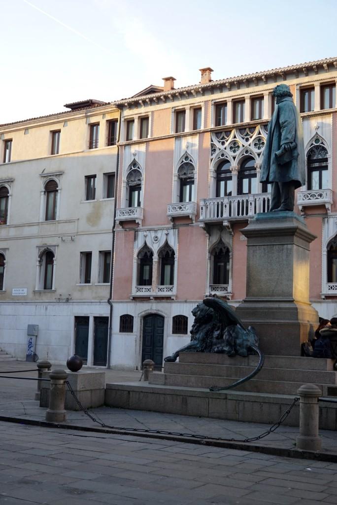Praça Manin que dá no bequinho que leva à escada.