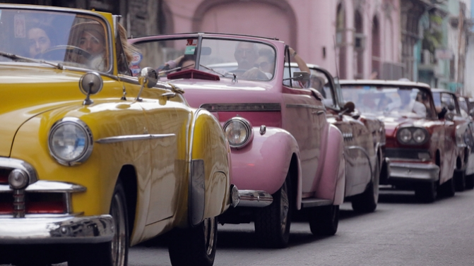 Os 600 convidados chegaram em conversíveis vintagecoloridos