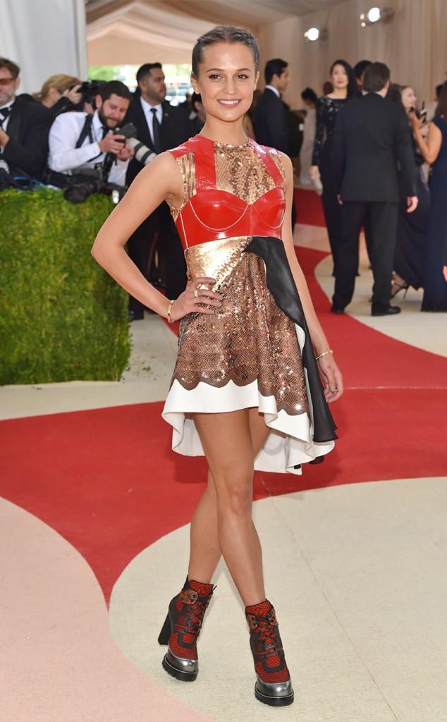 Alicia Vikander foi ex-machina em um filme ano passado... não podia faltar. Seu vestido da Louis Vuitton, acredito, traz a sinergia entre mãos e máquina...