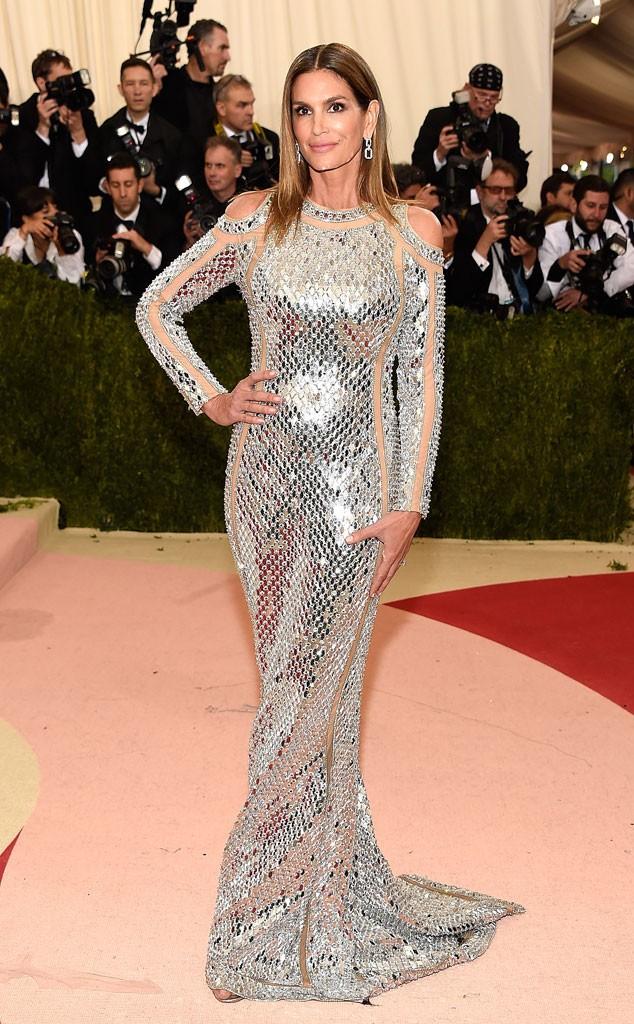 """E o ícone Cindy Crawford mostrando que beleza não tem idade! O tema MAIS utilizado na noite para representar o """"Machina"""" foi o prata. Meio óbvio, mas eficaz."""