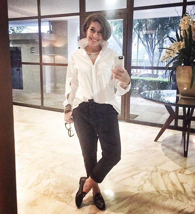 Adorando estas calças em sarja da mineira Valeria Mansur. Essa camisa também é dela. Reparem nos pulsos com abertura longuíssima!