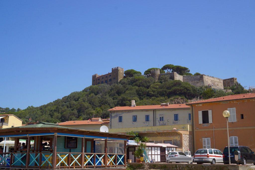 O castelo de Castiglione della Pescaia na parte alta da cidade