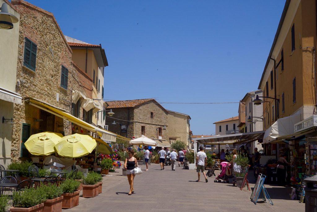 A cidadezinha com suas pracinhas tem boas lojas e restaurantes!