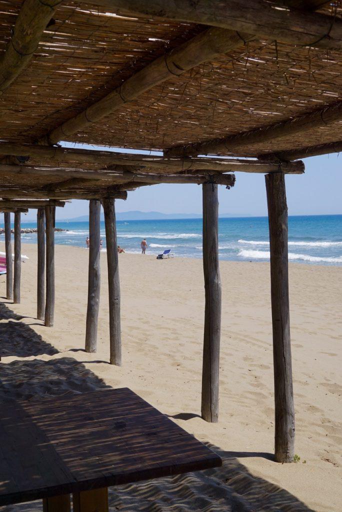 """A única estrutura fixa são estes """"tetos"""" de bambu.  Um para cada casa."""