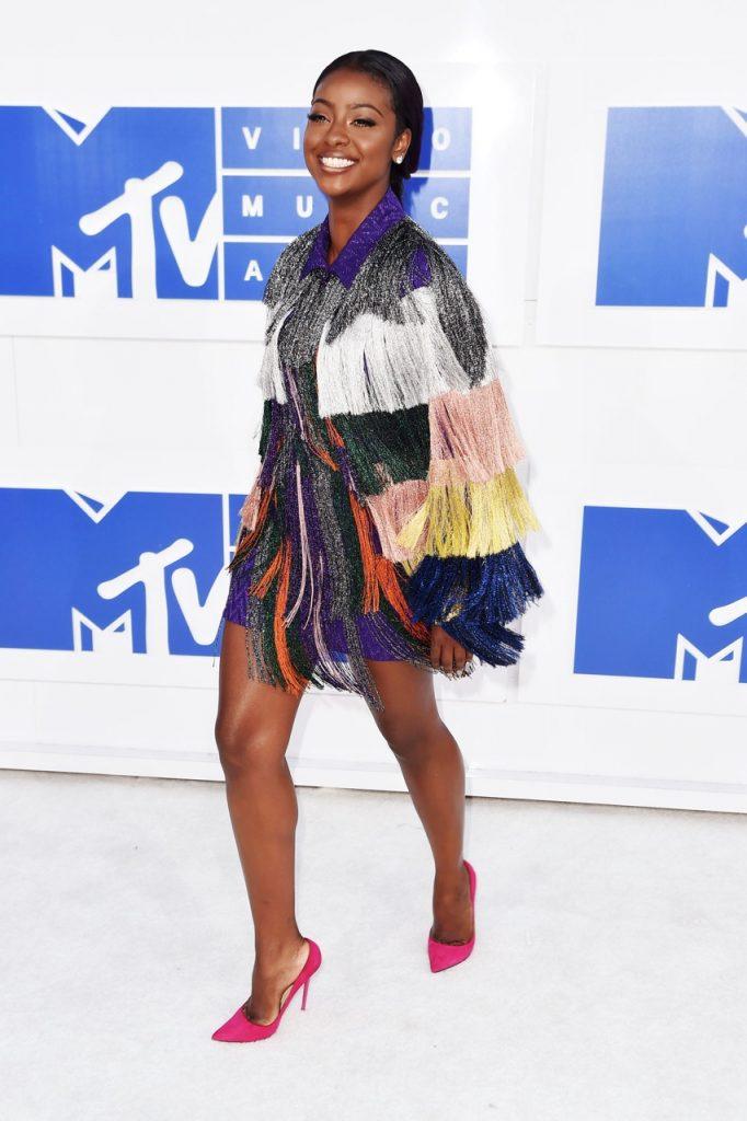 As franjas de Justine Skye são lindas, alegres e coloridas sem abrir mão da elegância! Perfeitas para o evento!