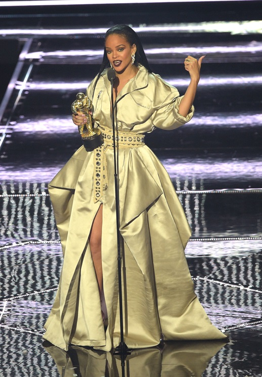 Rihanna está deslumbrante neste trench de luxo estilizado com uma cintura minúscula!
