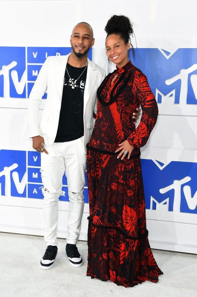 A Alicia Keys decidiu há pouco de não usar mais maquiagem!... E olhem como ela está linda!  Adorei a escolha de vestido que para o seu corpo ficou lindo!