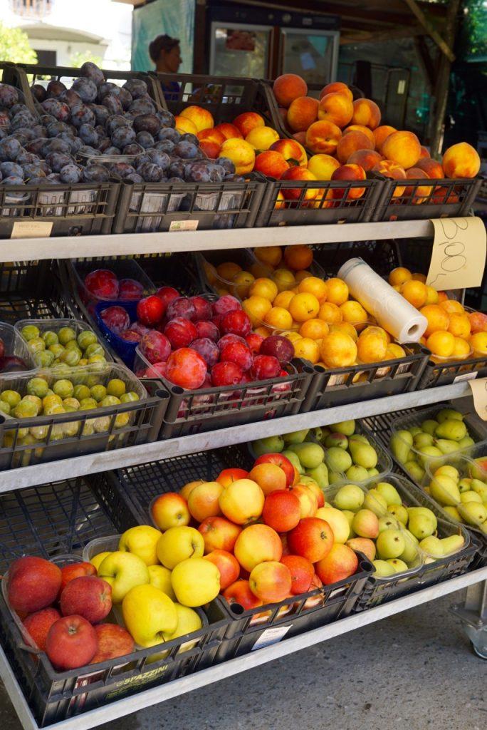 Daí passamos no verdureiro em Le Rocchette para comprar frutas para o almoço. No último dia também pego algumas conservas, frutas e verduras para levar a Florença.