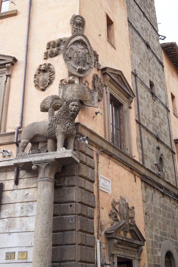 O leão, símbolo de Viterbo, na Piazza del Plebiscito