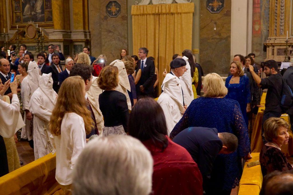 A entrada do Príncipe Ruspoli, primo do noivo, com uma ordem religiosa que ainda não consegui descobrir quem são.