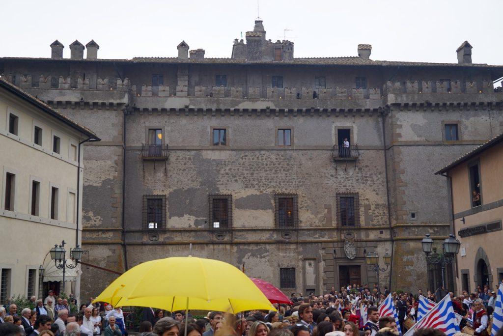 O castelo à frente da igreja