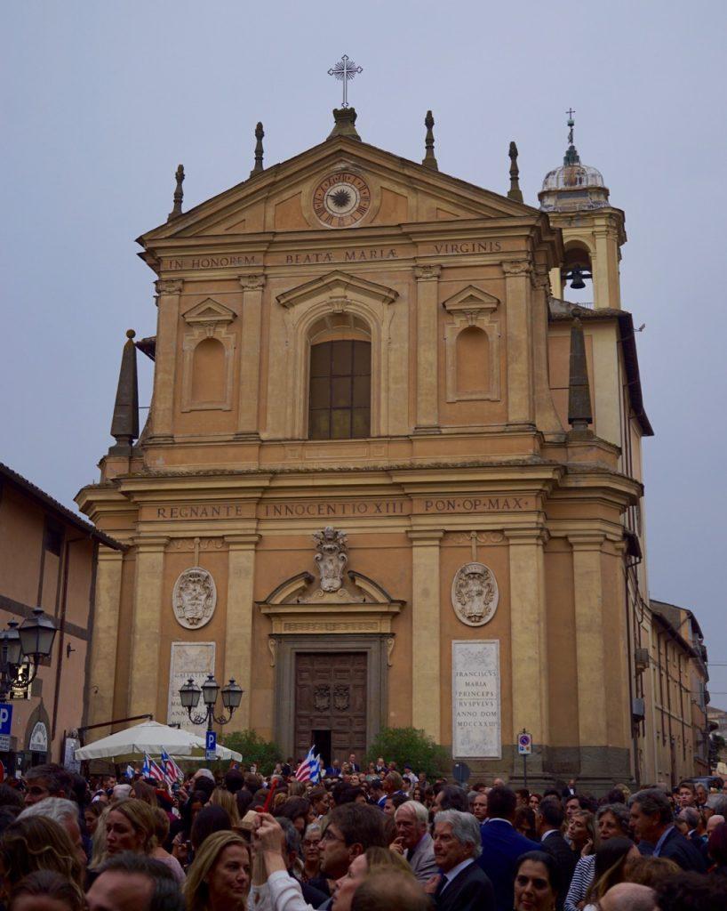 A igreja fica na praça na frente do Castello dei Ruspoli. Ela é de do século XVIII.