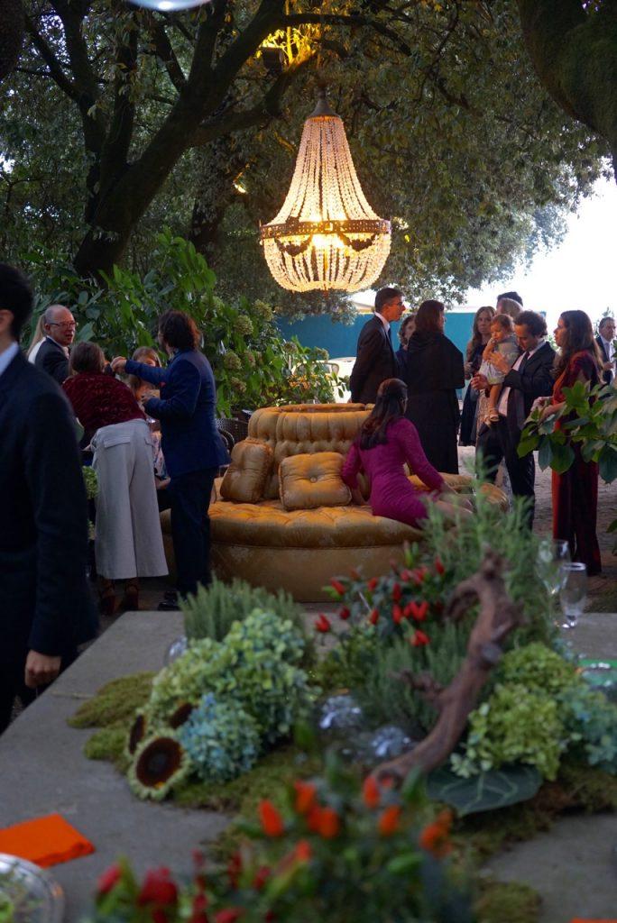 No jardim criaram vários ambientes com sofás e candelabros!