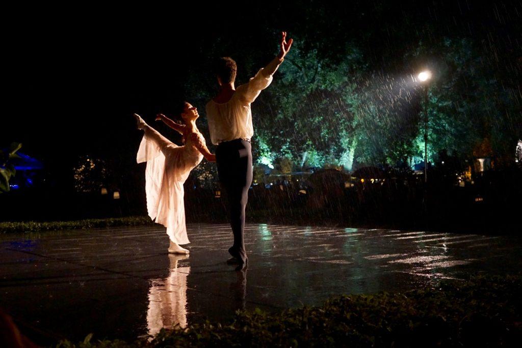 Teve até uma apresentação com bailarinos do Bolshoi. Naquela hora caiu um toró que serviu só para fazer a apresentação ainda mais lindo!