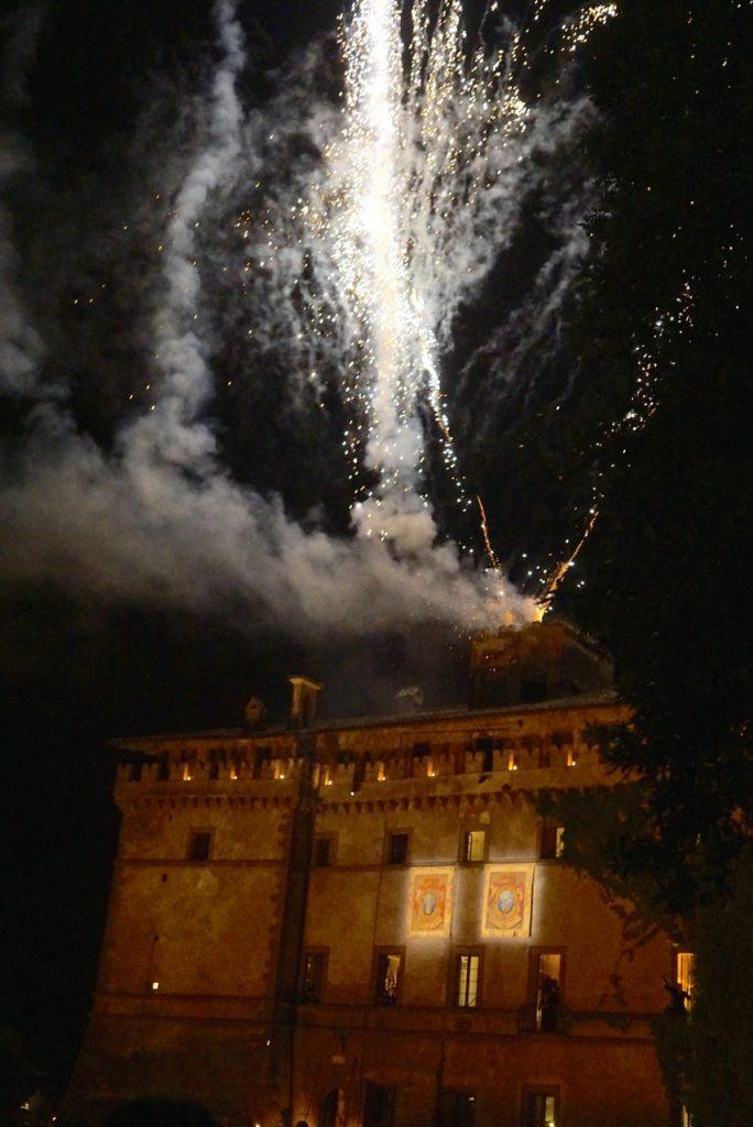 E depois de jogar o bouquet, os incríveis fogos de artifício sincronizados com música!