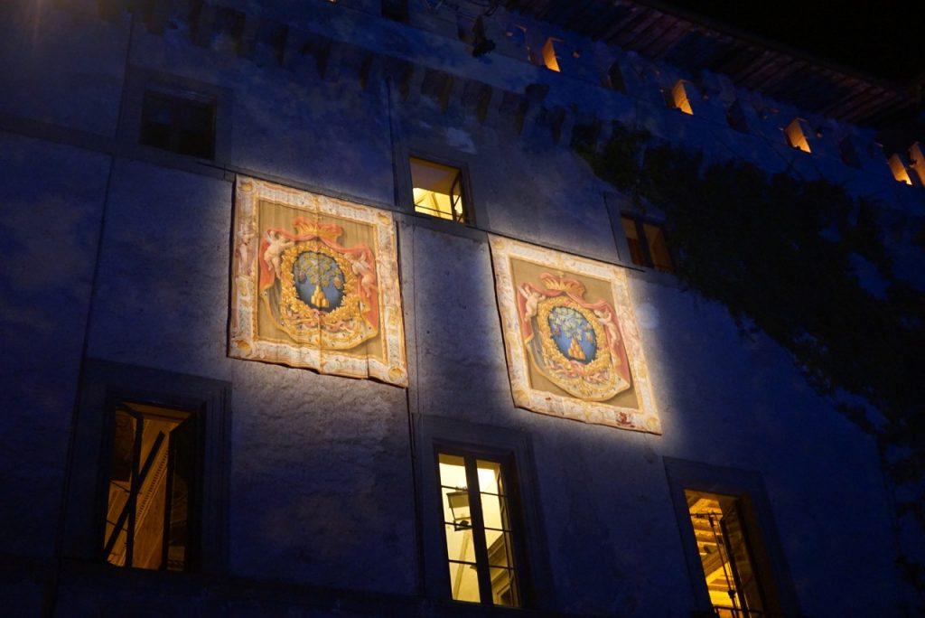 As tapeçarias com o estema da família Ruspoli na fachada do castelo...