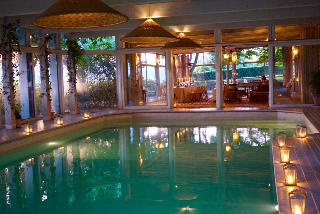 Tem uma piscina interna na Villa e uma externa na Torre