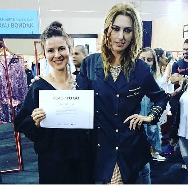 Valéria com Chiara Gadaleta recebe seu prêmio de primeiro lugar no Ready to Go