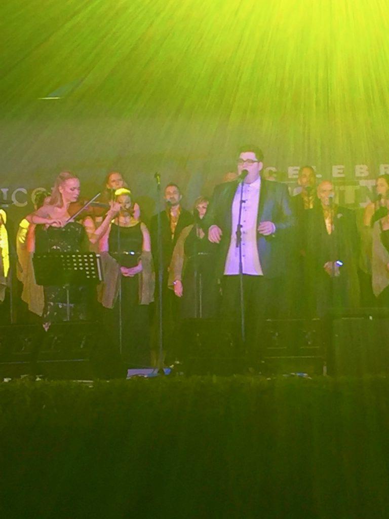 Jordan Smith, vencedor do The Voice, cantando na noite do CFN em Florença