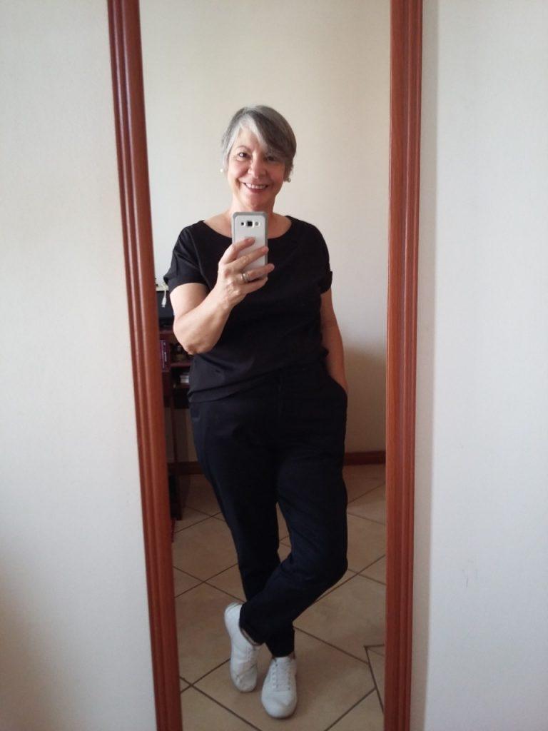 Olá... Boa tarde, querida... Estou mandando uma foto, com um look inspirado em você, mas que também vi sua mãe usando... Sempre fui resistente à combinação de calças pretas com calçados - no caso tênis - brancos... Mas um dia, vi essa foto com um look all black, e resolvi ousar... e usar!!! Hoje, sem medo de errar... Obrigada, Consuelo, por dividir seu glamour e elegância conosco!!! são roupas de grande magazine... não têm griffe... são da linha Cortelle da Renner... O tênis é de uma marca bastante popular no Brasil, a Kolosh... :) Com carinho, Vera Maria S. V. Oliveira Bauru-SP-Brasil