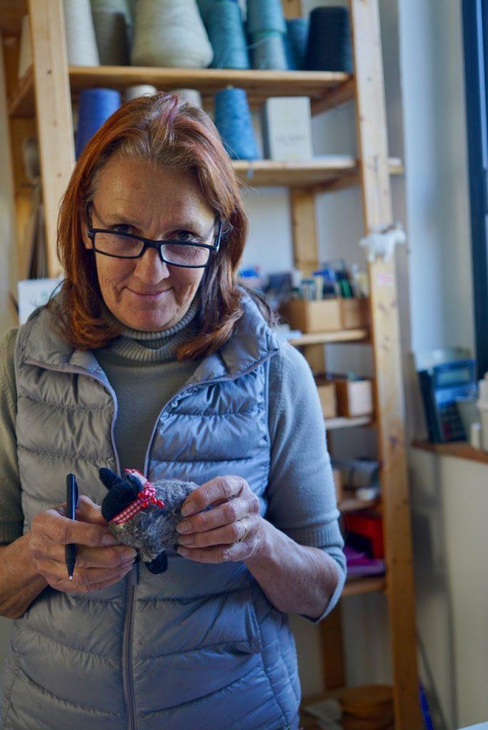 Nora Kravis criou um projeto onde cria cabras e produz cashmere. Tem uma pequena lojinha na propriedade onde vende peças de qualidade excepcional!